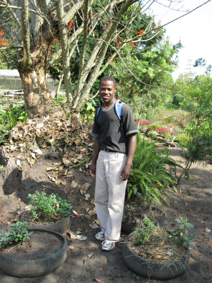 Tooro botanical garden: Jonathan leidt bezoekers rond (pr 136 en 143)